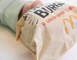 McDonald's Deutschlandburger in Graspapier gewickelt